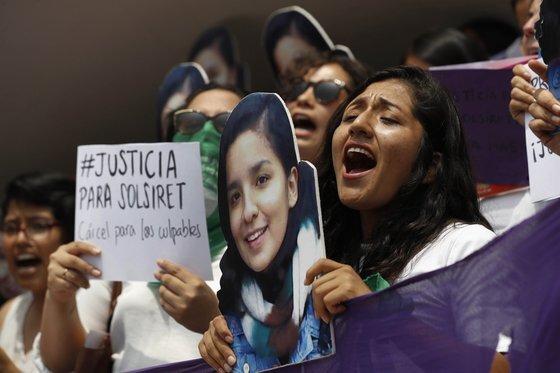 페루에서 여권운동에 매진했던 여성인 로드리게스의 사진을 든 여성들이 시위를 벌이고 있다. 지난 2016년 실종된 로드리게스는 약 3년만에 시체로 발견됐다. 로드리게스는 남편의 쌍둥이 형제에게 성폭행을 당해 고통받았던 것으로 알려졌다. [EPA=연합뉴스]