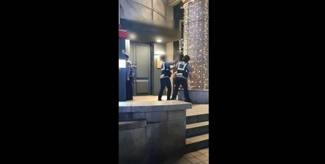 여성 경찰 두 명이 난동을 부리는 한 여성을 제압하고 있다. (사진=유튜브 캡처)