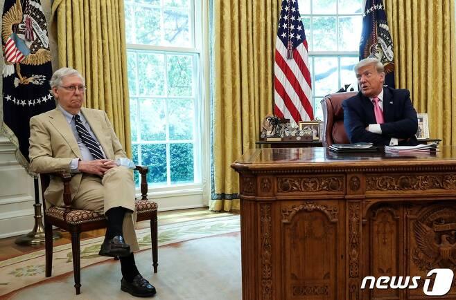 20일 미치 매코널 상원 공화당 원내대표(왼쪽)가 백악관 집무실에서 도널드 트럼프 대통령과 추가 경기부양책에 관해 논의하고 있다.© 로이터=뉴스1