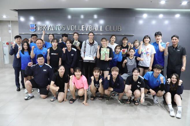 IBK기업은행 안나 라자레바가 선수들과 함께 포즈를 취하고 있다. (IBK기업은행 제공) © 뉴스1