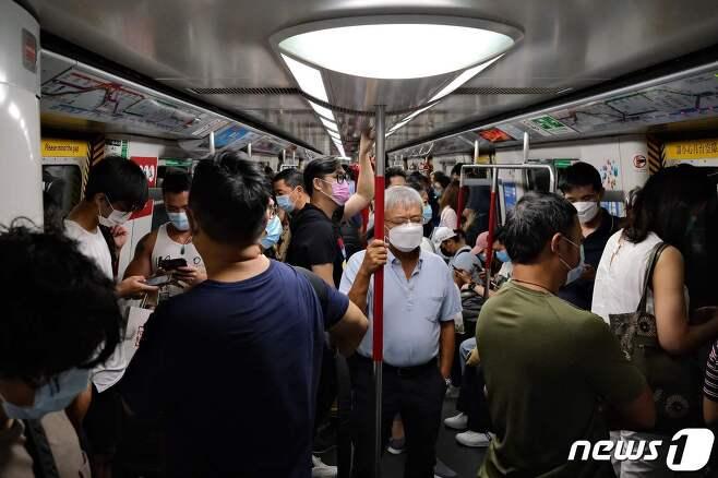 홍콩 시민들이 모두 마스크를 쓴 채 지하철을 타고 있다. © AFP=뉴스1