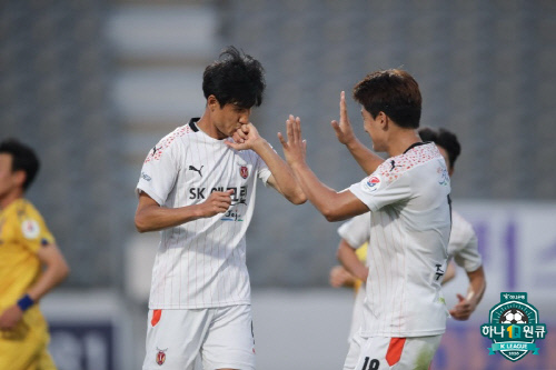 정조국(왼쪽)과 주민규. 제공 | 한국프로축구연맹