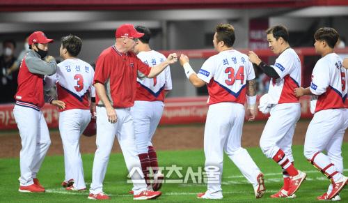 KIA 윌리엄스 감독(가운데)과 선수단. 광주 | 박진업기자 upandup@sportsseoul.com