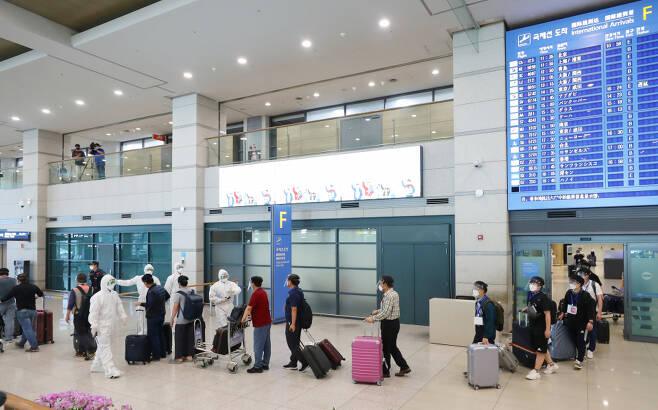 31일 오전 인천국제공항을 통해 귀국한 이라크 건설 현장 파견 근로자들이 공항 건물을 나서고 있다. ⓒ 연합뉴스