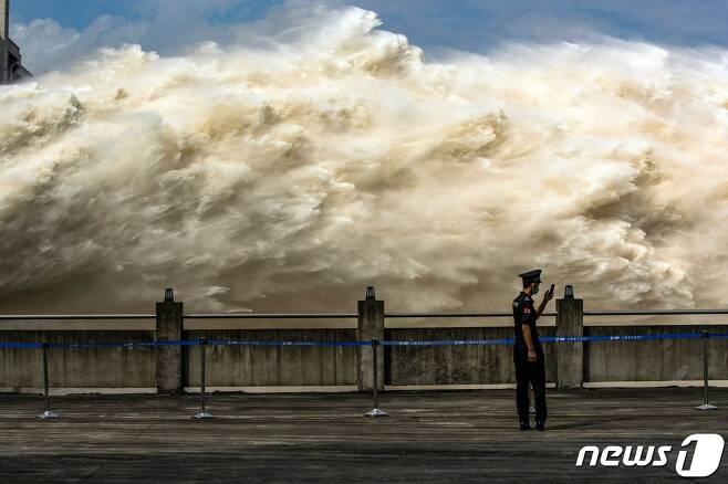 후베이성 이창에 있는 세계 최대 규모의 싼샤 댐이 수위 급상승으로 물을 방류를 하고 있다. © AFP=뉴스1 © News1