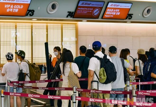 서울 강서구 김포공항 국내선 터미널에서 이용객들이 비행기에 탑승하기 위해 발권 창구에서 줄을 서 대기하고 있다.