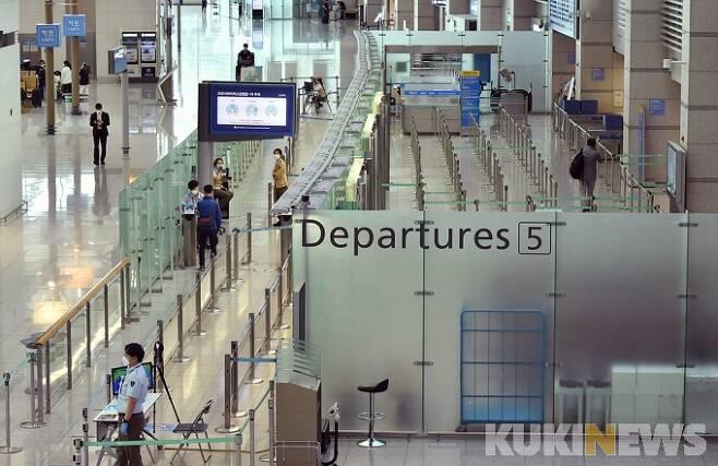 지난달 28일 오전 인천국제공항 1터미널이 한산한 모습을 보이고 있다.