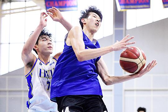 김진영(사진 오른쪽)은 7월 28일 한양대학교와 연습경기에서 15득점, 6어시스트를 기록하며 팀 승리(90-77)를 이끌었다(사진=KBL)