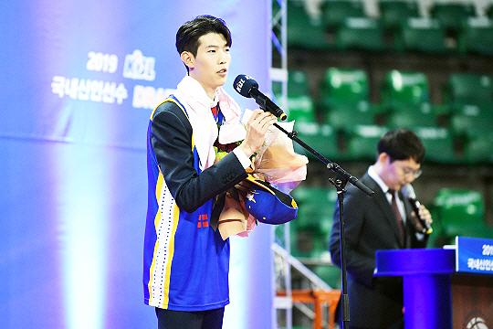 2019년 KBL 신인선수 드래프트 3순위로 서울 삼성 썬더스 유니폼을 입은 김진영(사진=KBL)
