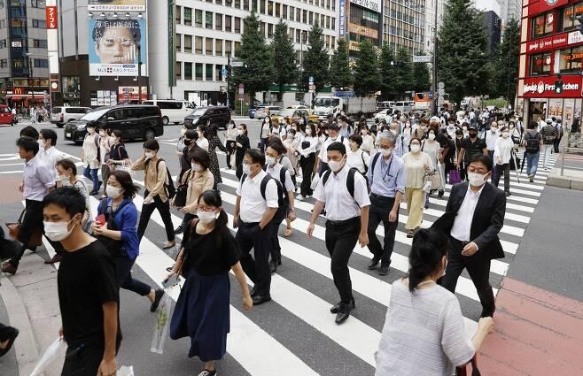 코로나19에 마스크 쓴 도쿄 시민들 (도쿄 교도=연합뉴스) 지난달 29일 오후 일본 도쿄도 신주쿠구의 횡단보도에서 마스크를 쓴 사람들이 길을 건너고 있다.2020.7.30 photo@yna.co.kr