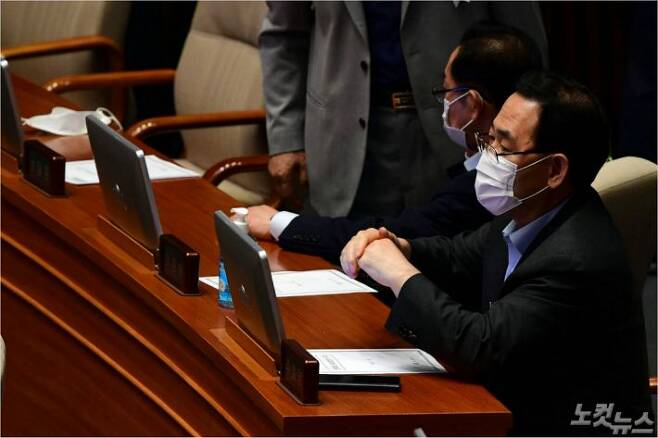 미래통합당 주호영 원내대표가 지난 30일 오후 국회 본회의에 참석해 생각에 잠겨 있다. (사진=황진환 기자)