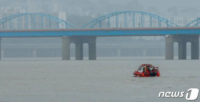 중부지방에 집중호우가 내리며 한강 수위가 높아지고 있다./뉴스1 © News1 안은나 기자