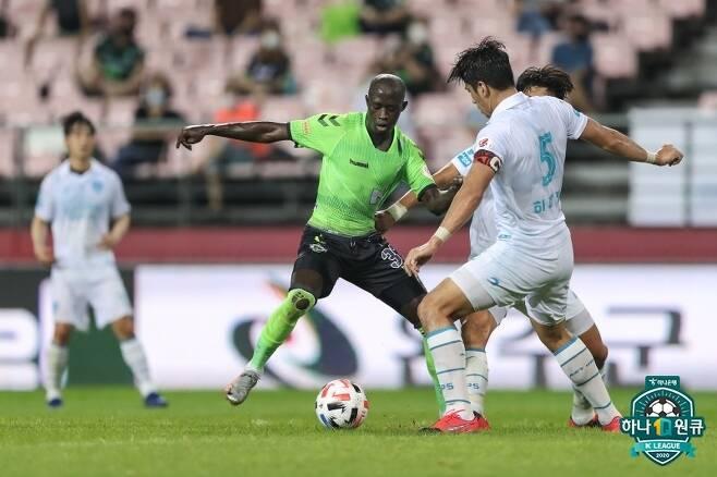 환상적인 스피드와 킥으로 K리그 팬들의 시선을 사로잡고 있는 바로우 (한국프로축구연맹 제공) © 뉴스1