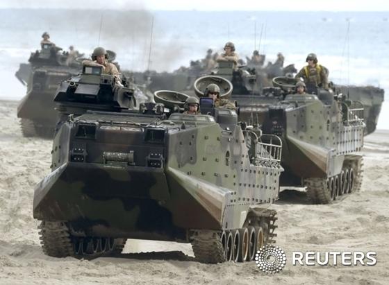 미국 캘리포니아주 펜들턴 주둔 미해병들이 AAV7 상륙돌격장갑차를 타고 상륙훈련을 하고 있다. © 로이터=News1