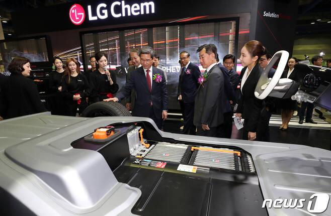 지난해 5월 서울 강남구 코엑스에서 열린 EV(Electric Vehicle) 트렌드 코리아 2019(친환경 자동차 엑스포)에서 참석자들이 LG화학 배터리팩을 보고 있다. 2019.5.2/뉴스1 © News1 안은나 기자