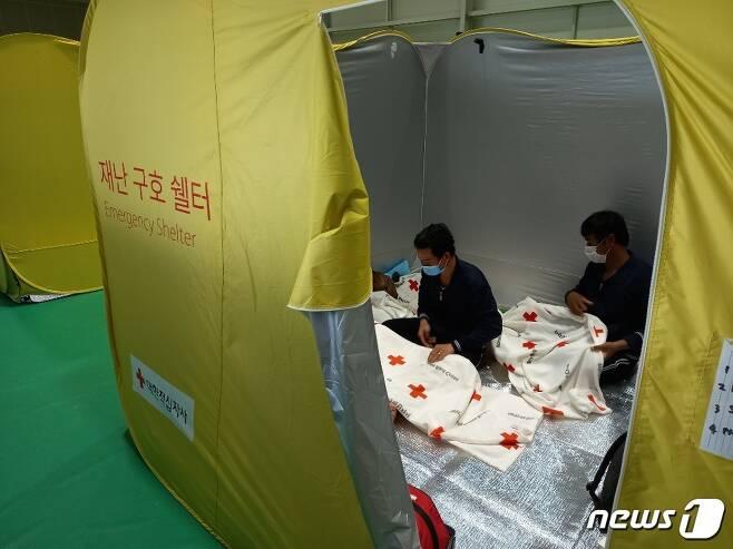 4일 오후 경기 이천 율면 실내체육관에 설치된 이재민대피소에서 외국인노동자들이 휴식을 취하고 있다. © 뉴스1/이밝음 기자