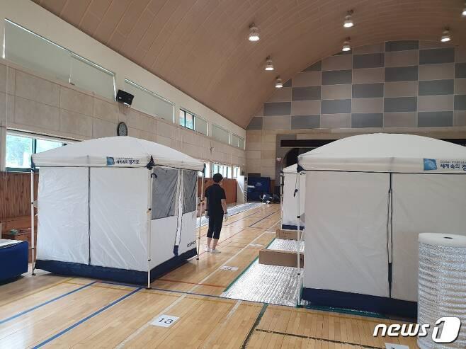 4일 오후 경기 안성 죽산면 죽산초교에 설치된 이재민대피소에 시 공무원들이 텐트를 추가로 설치하고 있다 © 뉴스1/정혜민 기자