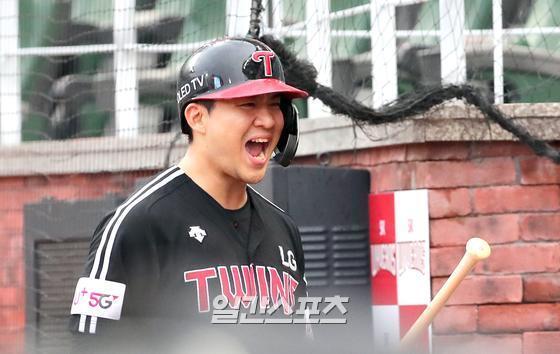 지난달 29일 SK행복드림구장에서 열린 SK와 LG의 경기. 김민성이 1회초 우중간 3점 홈런을 날리고 동료들의 환영을 받고있다. 인천=정시종 기자