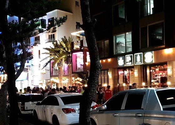 7월 29일 오후 10시 양양 인구 해변 A게스트하우스 앞. 여전히 긴 줄이 서 있다. 파티는 새벽까지 이어진다. 김나현 기자