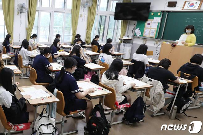 2021학년도 대학수학능력시험 6월 모의평가가 치러진 지난 6월18일 대구 소재 한 고등학교에서 3학년 학생들이 시험을 준비하고 있다./뉴스1 © News1