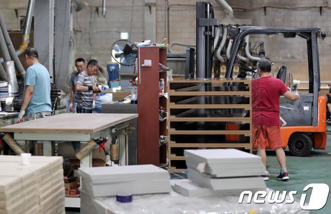 인천 남동공단에 위차한 한 공장에서 고려인 근로자들이 일을 하고 있다. 2018.8.22/뉴스1 © News1 이재명 기자