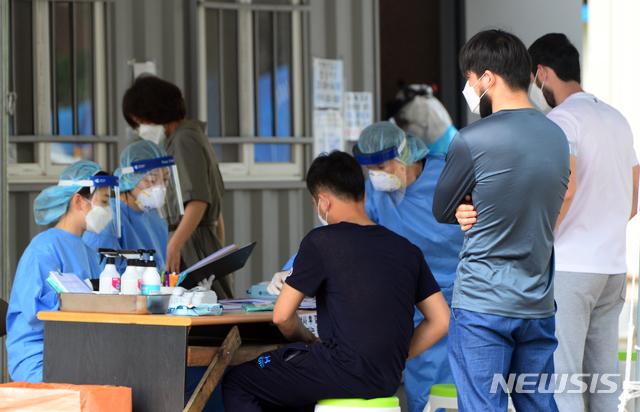[청주=뉴시스] 인진연 기자 = 충북 청주에서 외국인발 신종 코로나바이러스 감염증(코로나19) 집단 감염이 확산하는 가운데 5일 청주 서원보건소 선별진료소에서 외국인들이 코로나19 진단검사를 받고 있다. 청주시 4개 보건소는 이 행사에 참석한 340여명을 대상으로 코로나19 진단 검사를 진행하고 있다. 2020.08.05.inphoto@newsis.com