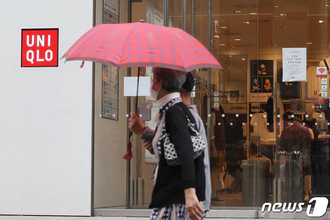 일본 의류기업 유니클로 매장 앞을 시민들이 지나고 있다. 2020.7.28/뉴스1 © News1 임세영 기자