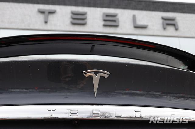 [리틀턴=AP/뉴시스] 4월26일(현지시간) 미국 콜로라도주 리틀턴에서 촬영한 테슬라 모델X의 후면 사진. 차 위로 테슬라 로고가 보인다. 2020.07.22.