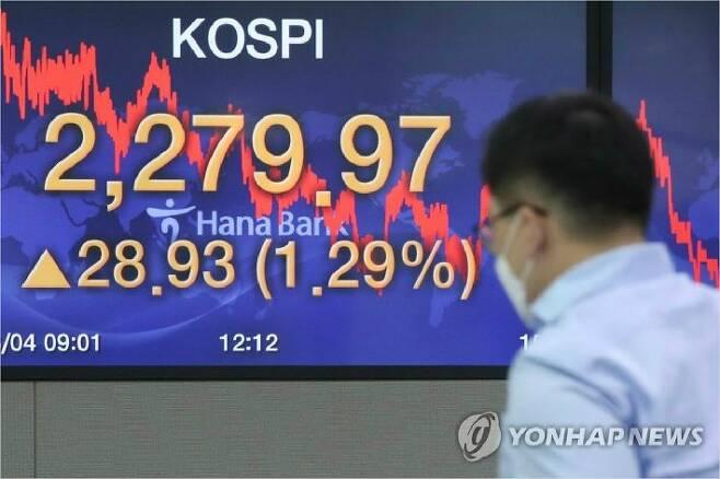 지난 4일 오후 서울 중구 하나은행 본점에서 딜러들이 업무를 보고 있다. (사진=연합뉴스)
