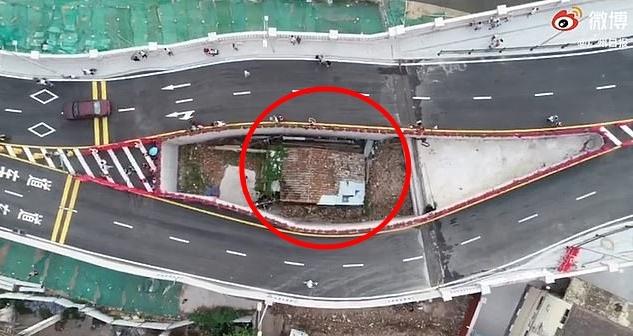 중국 광둥성 광저우의 '알박기' 주택과 주변에 개통된 도로 모습