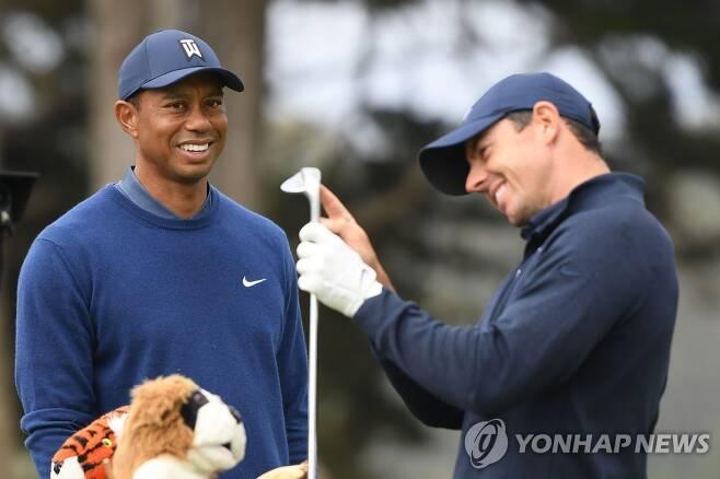 우즈(왼쪽)와 매킬로이. [AFP=연합뉴스]
