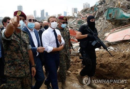 6일 베이루트 대폭발 현장을 방문한 에마뉘엘 마크롱 프랑스 대통령 [AFP=연합뉴스]