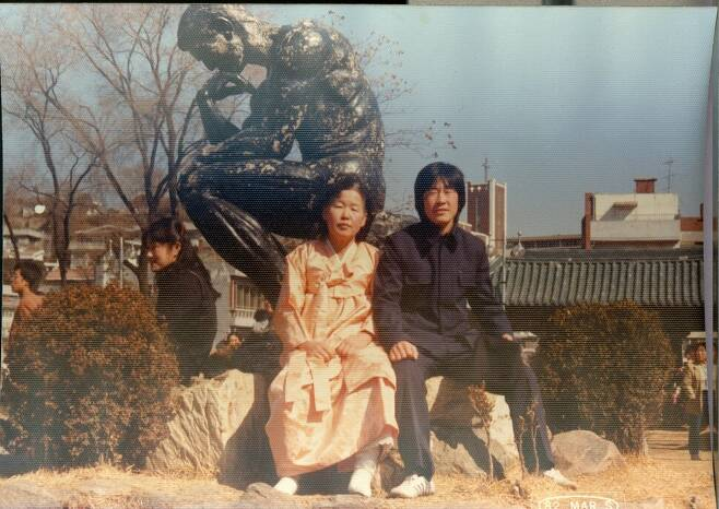 중앙대학교 입학식(1982년) 날 어머니와 함께 찍은 기념사진. 가난 때문에 중고등학교를 못 다닌 이재명 지사는 대학교도 교복을 입고 다니는 줄 알고 교복을 마련했다. 이재명 경기도지사 제공