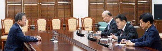 2019년 10월 김오수 당시 법무부 차관(오른쪽 두 번째)이 16일 오후 청와대 여민관 소회의실에서 문재인 대통령에게 현안 보고를 하고 있다. 오른쪽은 이성윤 당시 검찰국장. 오른쪽 세 번째는 김조원 민정수석. [사진 청와대]