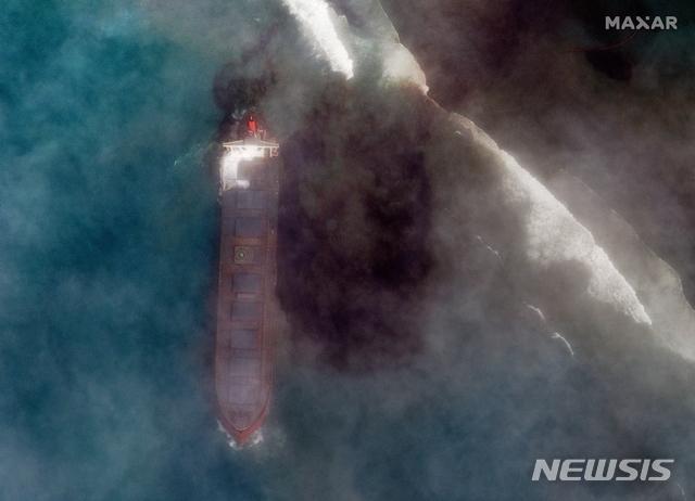[AP/뉴시스]7일 맥사 테크놀로지가 제공한 위성사진에 지난 7월25일 모리셔스 동남쪽 해안에서 좌초한 벌크선 MV 와카시오호에서 새어나온 기름이 인근 해역으로 확산되고 있는 모습이 보인다. 모리셔스는 7일 밤(현지시간) 좌초된 MV 와카시오호에서 연료가 새오나오기 시작함에 따라 '환경 비상사태'를 선포했다. 2020.8.8