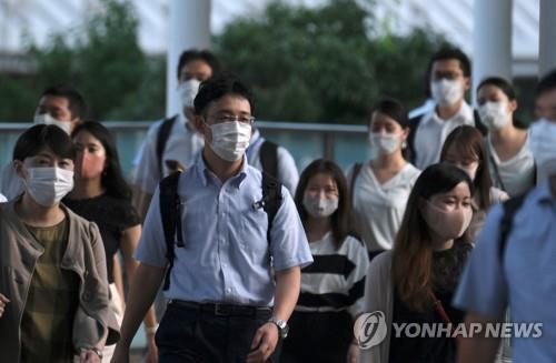 마스크 쓰고 이동하는 도쿄의 직장인들 [AFP=연합뉴스 자료사진]