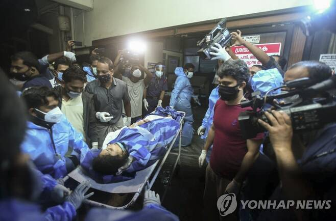 병원으로 옮겨지는 인도 항공기 사고 부상자 [AP=연합뉴스[