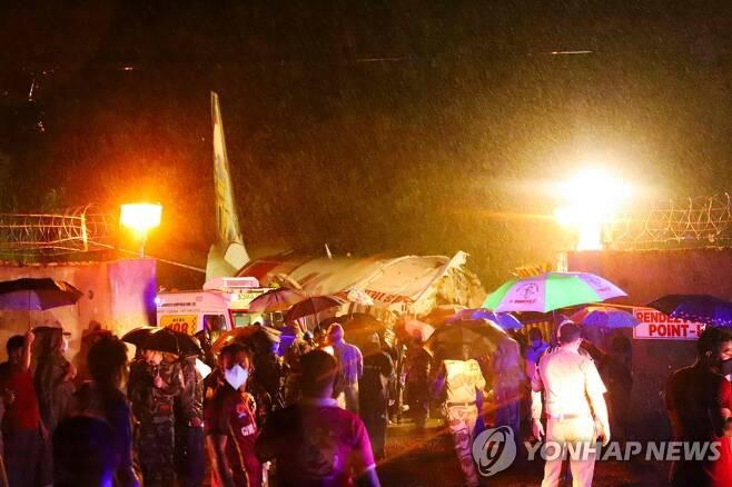 인도서 항공기 착륙중 미끄러져 두동강 [AFP=연합뉴스]