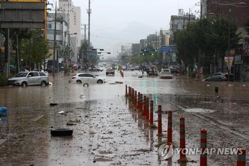물바다 (광주=연합뉴스) 조남수 기자 = 집중호우가 내린 8일 오전 광주 북구 신안교가 침수돼 일대 도로가 통제되고 있다.