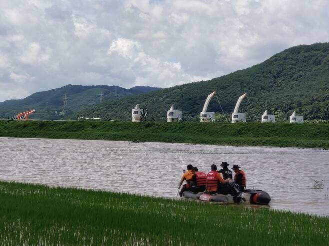 119구조대가 고무보트를 타고 다니며 낙동강 본류 둑 붕괴로 물에 잠긴 마을 주민을 구조하고 있다. 최상원 기자