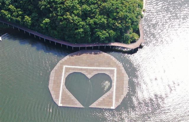지난 6일 오전 의암호에서 발생한 선박 전복사고의 원인이 된 인공 수초섬. 사진은 사고 전 의암호의 하트 모양의 인공 수초섬의 모습. 춘천시 제공