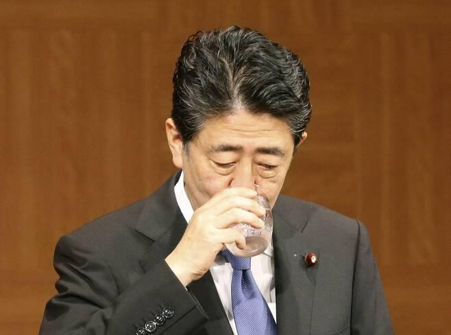 코로나19 확진 급증하는 일본…목마른 아베 (히로시마 교도=연합뉴스) 아베 신조(安倍晋三) 일본 총리가 6일 일본 히로시마(廣島)시에서 열린 기자회견 도중 물을 마시고 있다.       최근 일본의 신종 코로나바이러스 감염증(코로나19) 확진자가 급증했으나 아베 총리는 이날 회견에서 긴급사태를 다시 선언할 상황은 아니라고 밝혔다. 2020.8.9