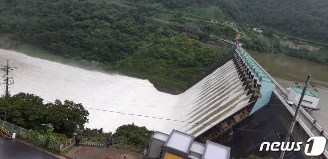 전북 임실 소재 섬진강 댐. 집중호우가 계속되던 지난 8일 섬진강 댐은 수문을 열어 초당 1868톤의 물을 방류했다.2020.8.9/© 뉴스1