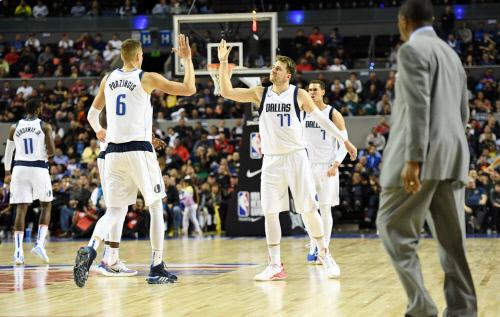 왼쪽부터 농구선수 포르징기스와 돈치치가 하이파이브를 하고 있다. 출처 댈러스 매버릭스
