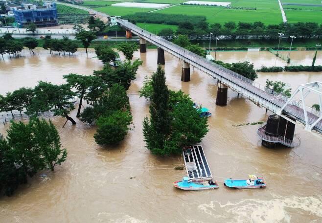 8일 오후 경남 하동군 하동읍 하늘에서 바라본 섬진강에 붉은 황토물이 거칠게 흘러가고 있다. / 사진=뉴시스