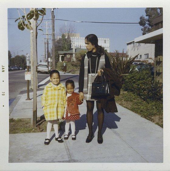 1970년 카멀라 해리스(왼쪽)가 6살 때 어머니, 여동생과 찍은 사진. 부모가 이혼한 직후다. 어머니는 인도 출신으로 UC 버클리에서 암을 연구하기 위해 유학와 자메이카 출신인 아버지를 만났다. [AP=연합뉴스]