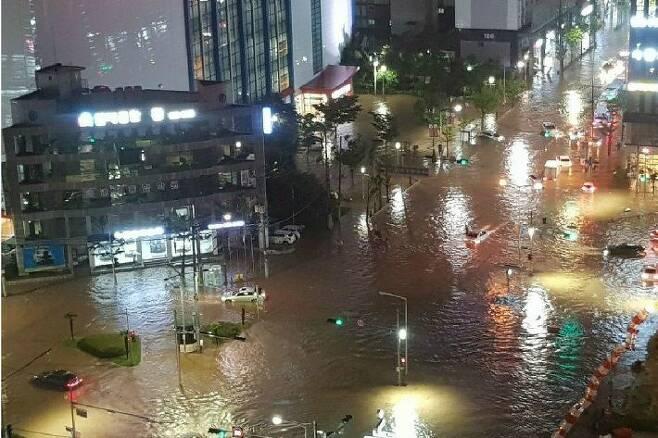 지난달 23일 부산에 내린 폭우로 연제구 연산동 일대가 물에 잠긴 모습(사진=부산경찰청 제공)