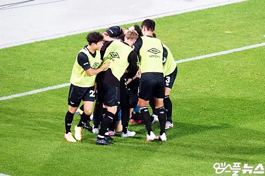 유인수의 선제골을 축하해주고 있는 성남 FC 선수들(사진=엠스플뉴스 이근승 기자)