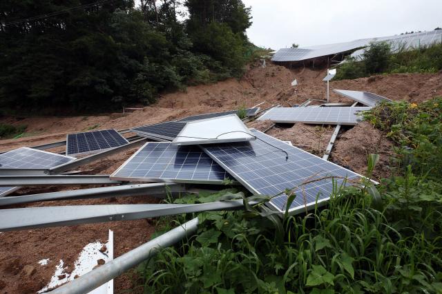 충북 제천시 대랑동 태양광 설비가 산사태로 파손돼 있다. 발암성 물질을 포함하고 있는 태양광 폐패널을 처리할 수 있는 능력을 제대로 갖추고 있는지 의문이 제기된다./연합뉴스