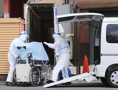 코로나19 환자 이송하는 일본 당국자 [교도=연합뉴스 자료사진]